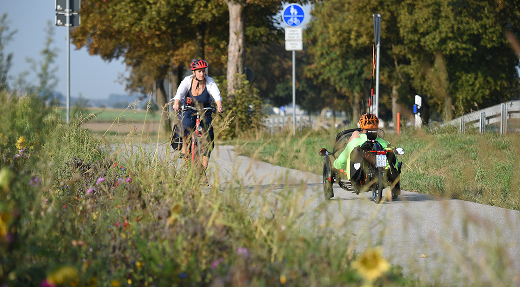 Interessiert beäugen entgegenkommende Radfahrer das irre Geschoss