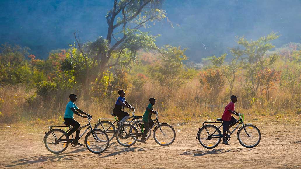 Fahrräder sorgen in manchen Gegenden dafür, dass Kinder überhaupt Zugang zu Bildung haben.