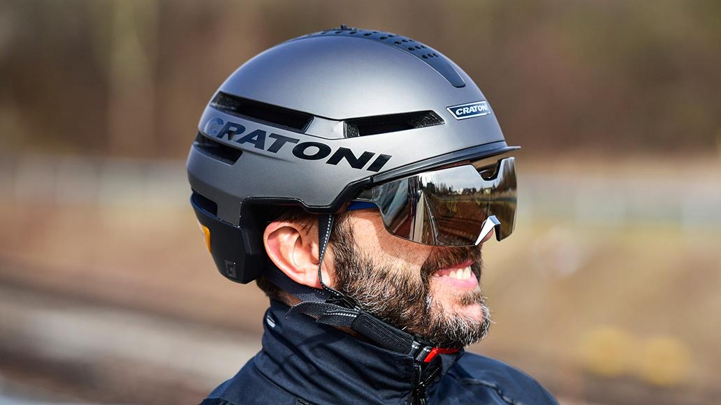 Ein Visier kann die Sonnenbrille ersetzen und schützt vor Wind.